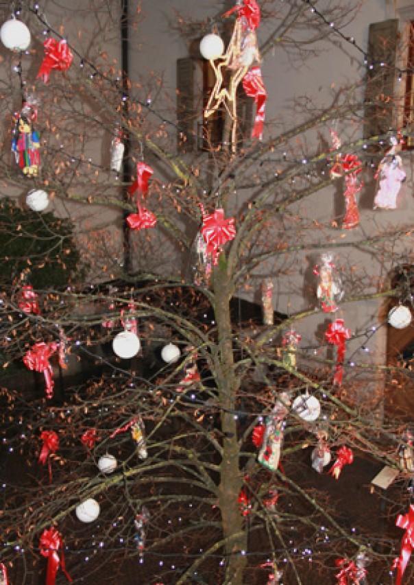 """""""L'albero delle piccole donne"""" nella corte del Museo per le festività natalizie"""